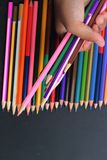 Färgrika blyertspennor - som isoleras på svart bakgrund Royaltyfria Foton