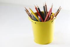 Färgrika blyertspennor som isoleras på vit bakgrund Arkivfoto