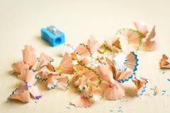 Färgrika blyertspennor som vässar shavings Royaltyfri Fotografi