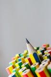Färgrika blyertspennor stänger sig upp Arkivbilder