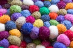Färgrika bollar av ull som tillsammans binds för bakgrund Arkivbilder