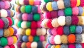 Färgrika bollar av ull som tillsammans binds för bakgrund Royaltyfri Foto