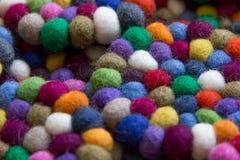 Färgrika bollar av ull som tillsammans binds för bakgrund Royaltyfria Bilder