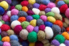 Färgrika bollar av ull som tillsammans binds för bakgrund Arkivfoton