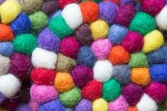 Färgrika bollar av ull som tillsammans binds för bakgrund Arkivfoto