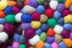 Färgrika bollar av ull som tillsammans binds för bakgrund Royaltyfria Foton