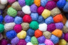Färgrika bollar av ull som tillsammans binds för bakgrund Arkivbild