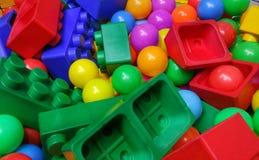 Färgrika bollar för barnlek på lekplatsen Arkivbild