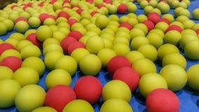 Färgrika bollar för barnlek på lekplatsen Arkivbilder