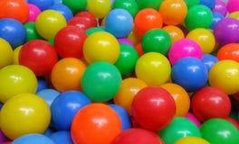 Färgrika bollar för barnlek på lekplatsen Arkivfoto