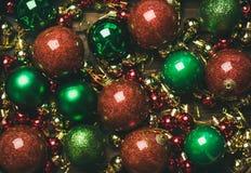 Färgrika bollar för garnering för julträd, bästa sikt arkivbild