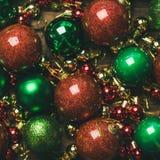 Färgrika bollar för garnering för julträd, bästa sikt, fyrkantig skörd arkivbild