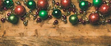 Färgrika bollar för garnering för julträd på träbakgrund, kopieringsutrymme royaltyfria foton