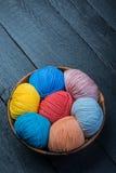 Färgrika bollar för handarbetegarn i korg Royaltyfri Foto