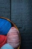 Färgrika bollar för handarbetegarn i korg Fotografering för Bildbyråer