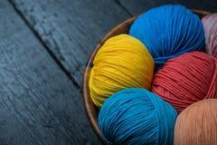 Färgrika bollar för handarbetegarn i korg Arkivbild