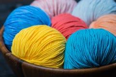 Färgrika bollar för handarbetegarn i korg Arkivbilder