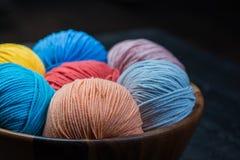 Färgrika bollar för handarbetegarn i korg Royaltyfri Bild