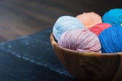 Färgrika bollar för handarbetegarn i korg Royaltyfria Foton