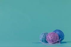 Färgrika bollar för ullgarn Boll för ullgarn Färgrika trådar för handarbete Fotografering för Bildbyråer