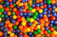 Färgrika bollar i lekplats arkivfoton