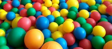 Färgrika bollar i pölen Arkivbild