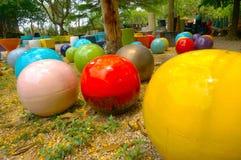 Färgrika bollar som lägger på golvet Royaltyfria Foton