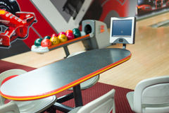 Färgrika bowlingklot på tabellen royaltyfri foto
