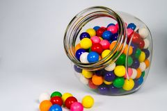 Färgrika bubbelgumbollar i klar Glass kanister arkivfoto
