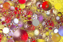Färgrika bubblor i oljigt vatten arkivbild
