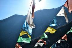 Färgrika buddistiska flaggor på Shika snöberg i Shangri La, Zhongdian, Xianggelila, Yunan, Kina royaltyfria foton