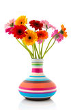 Färgrika bukettGerber blommor i vase arkivfoton