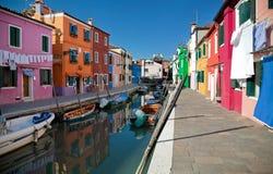 Färgrika Burano i Venedig, Italien Royaltyfri Bild
