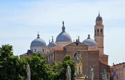 Färgrika byggnader, arkitektur och gammal fasad med blå himmel i Padua Veneto, Italien Arkivfoton