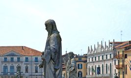 Färgrika byggnader, arkitektur och gammal fasad med blå himmel i Padua Veneto, Italien Royaltyfri Bild
