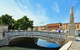 Färgrika byggnader, arkitektur och gammal fasad med blå himmel i Padua Veneto, Italien Arkivbild