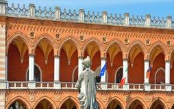 Färgrika byggnader, arkitektur och gammal fasad med blå himmel i Padua Veneto, Italien Fotografering för Bildbyråer