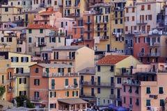 Färgrika byggnader av Manarola, Italien Royaltyfria Foton