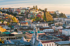 Färgrika byggnader av Valparaiso, Chile Royaltyfri Bild