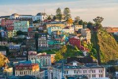 Färgrika byggnader av Valparaiso, Chile royaltyfri fotografi