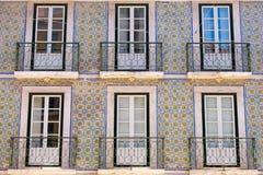 Färgrika byggnader, hus som är blåa och som är gröna i Lissabon, Portugal Gamla populära fönster och balkonger och berömd sikt arkivbilder
