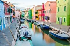 Färgrika byggnader i Burano Fotografering för Bildbyråer