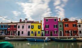 Färgrika byggnader i den Burano ön Fotografering för Bildbyråer
