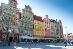 Färgrika byggnader i det Wroclaw centret Arkivbilder