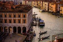 Färgrika byggnader i Venedig för solnedgång royaltyfri fotografi