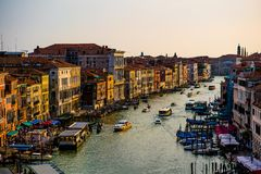 Färgrika byggnader i Venedig för solnedgång royaltyfri bild