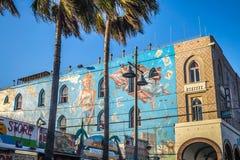 Färgrika byggnader med grafitti och palmträd på Venedig sätter på land, Los Angeles, Kalifornien Fotografering för Bildbyråer