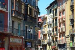 Färgrika byggnader och balkonger längs gatorna av Pamplona, arkivfoto
