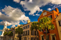 Färgrika byggnader på den breda gatan i charlestonen, South Carolina Royaltyfria Foton
