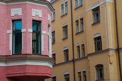 Färgrika byggnader på en solig sommardag arkivfoton